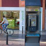 Ciclista y cabina telefónica.
