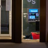 Durmiendo en el cajero.