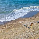 Niña caminando por la playa.