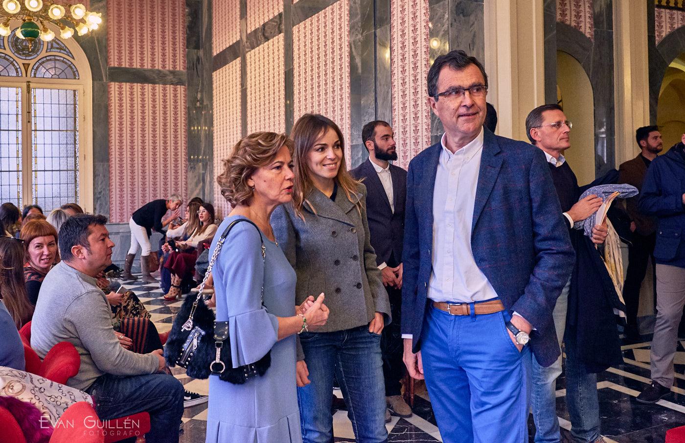El alcalde de Murcia D. José Ballesta y la concejal de Juventud Rebeca Pérez en el desfile de Cayetana Ferrer.