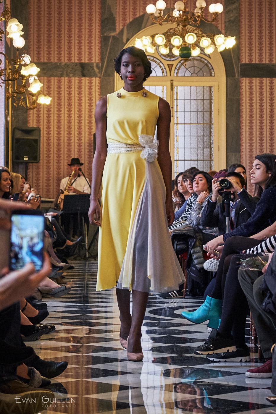 Modelo con vestido de invitada de Cayetana Ferrer.