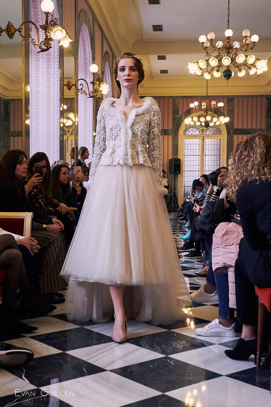Modelo con vestido de novia de Cayetana Ferrer.