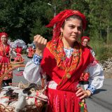 Jóvenes con traje regional folclórico