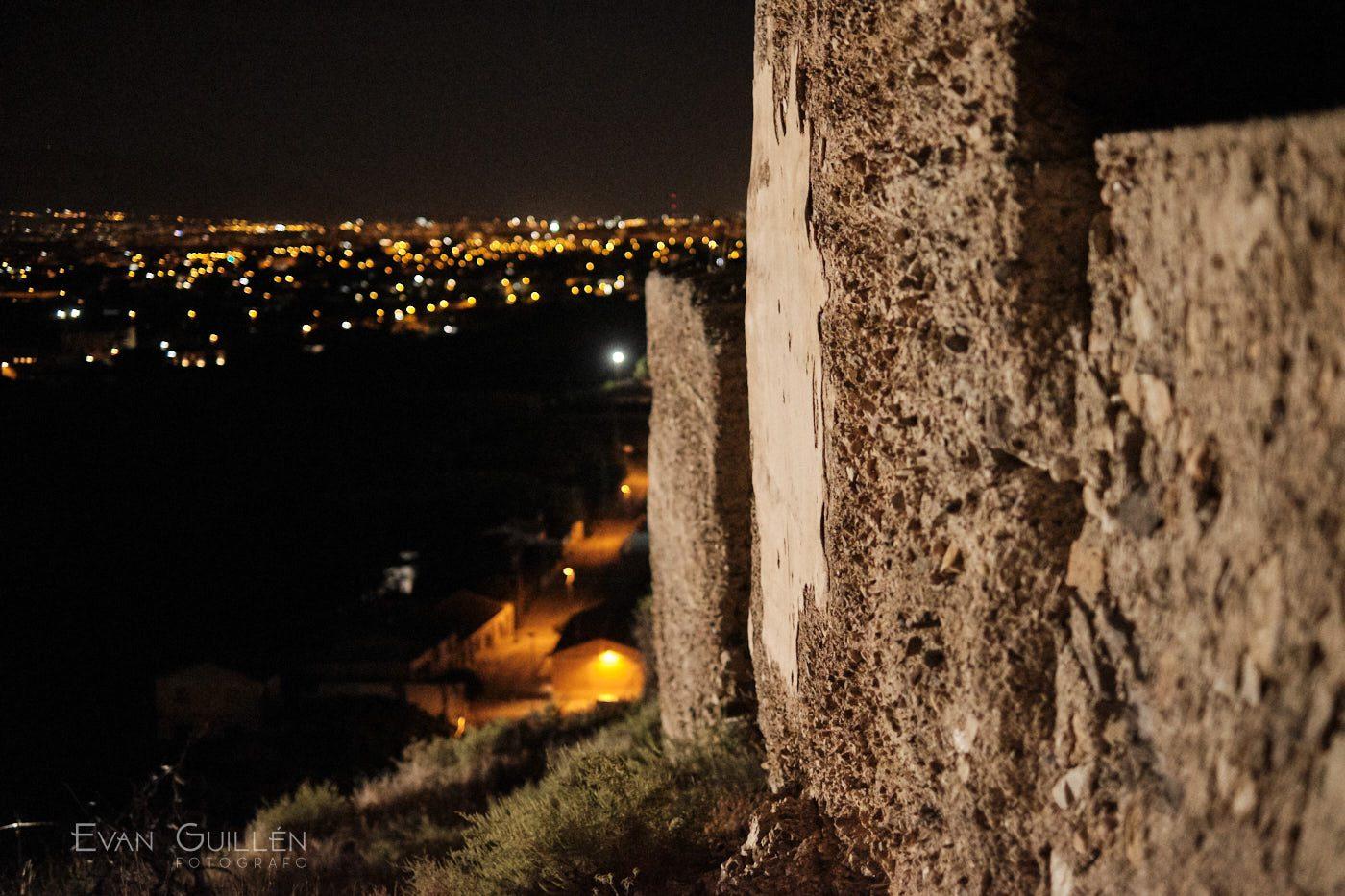 Murallas del Castillejo de Monteagudo de noche.