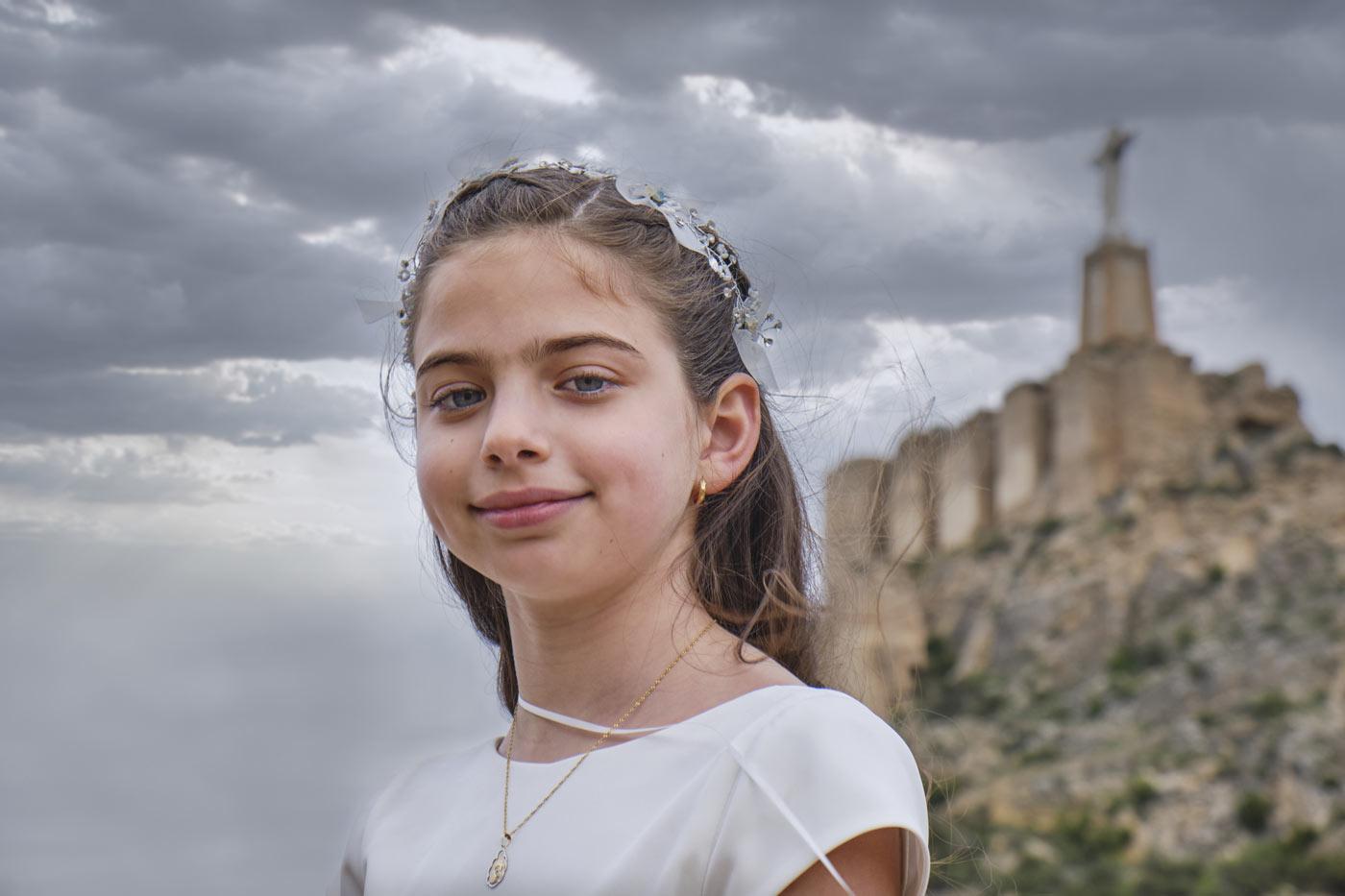 Foto de comunión de niña en exterior.